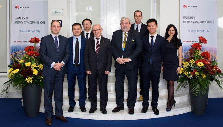 """Ministro Pirmininko komanda apsilankė """"Huawei Smart City"""" parodoje"""