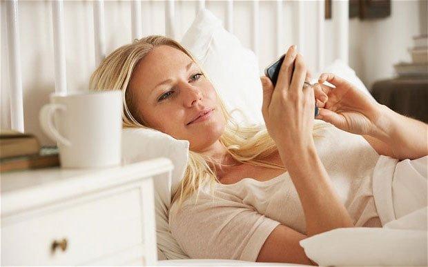Dauguma žmonių patikrina išmanųjį telefoną praėjus vos 5 minutėms po pabudimo