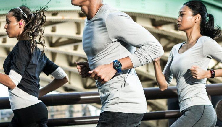 """""""Samsung"""" pristatė naujus dėvimuosius įrenginius sveikos gyvensenos entuziastams"""