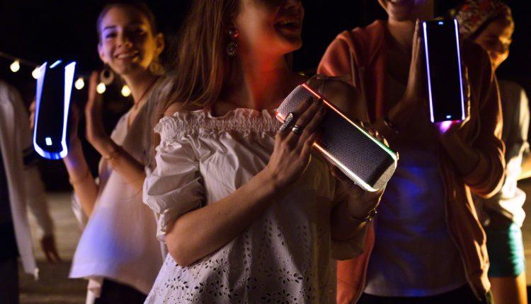 """Naujieji """"Sony EXTRA BASS"""" serijos garsiakalbiai žada dar audringesnius vakarėlius"""