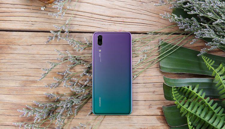 """""""Huawei"""" nori pakartoti P20 Pro sėkmę – mažesnįjį brolį nudažė pašvaistės spalvomis"""